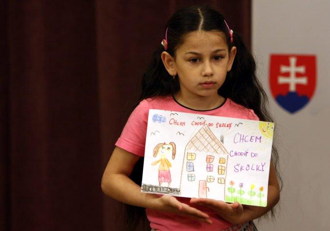 Rómske deti často nenavštevujú materské školy, projekty v Banskobystrickom kraji to chcú zmeniť