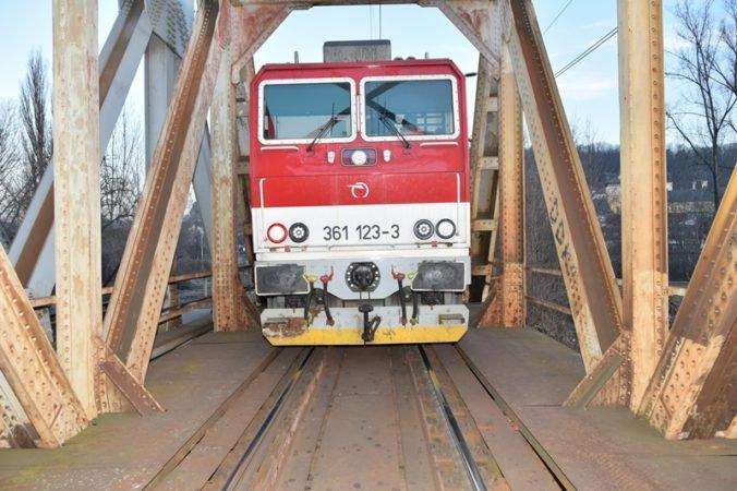 Štátne železnice priznali stovky zmeškaných vlakov, ale niektoré tvrdenia OĽaNO nie sú pravdivé