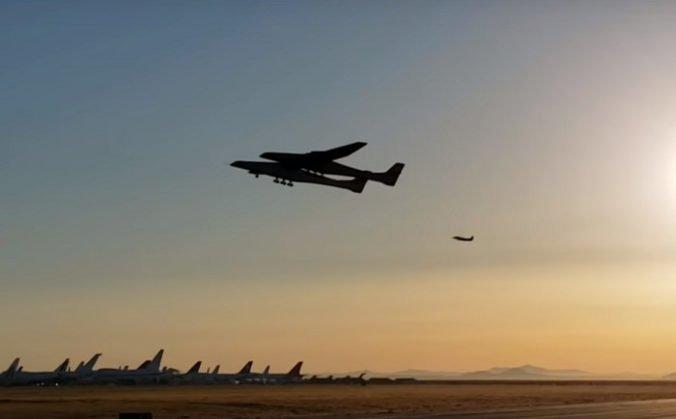 Video: V USA úspešne otestovali lietadlo Stratolaunch, malo by vynášať rakety do stratosféry