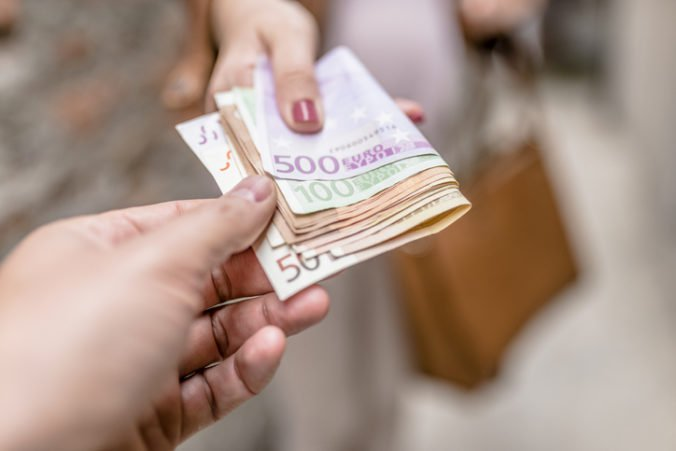 Bývalá riaditeľka školy údajne vydierala učiteľky a obrala ich o tisíce eur, svoju vinu odmietla