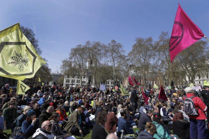Video: Demonštranti zablokovali Londýn, žiadajú vyhlásenie klimatického stavu núdze