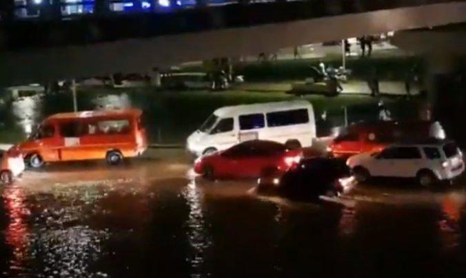 Video: Po povodniach v Akkre našli telo v odvodňovacom kanáli, voda strhla aj dieťa