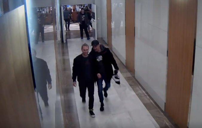 Video: Polícia objasňuje zneužitie platobnej karty, pátra po mužoch z kamerových záznamov
