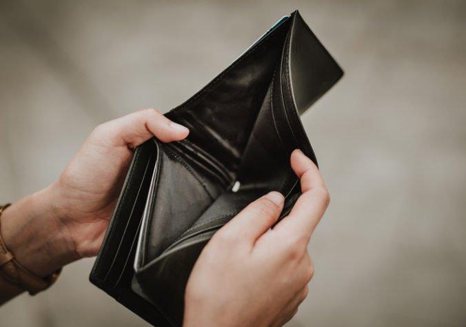 Muž čelí obvineniam z krádeže, ulakomil sa na peniaze zo stratenej peňaženky