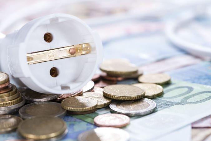 Veľkoobchodná cena elektriny rastie, dôvodom najmä rekordne drahé emisné povolenky