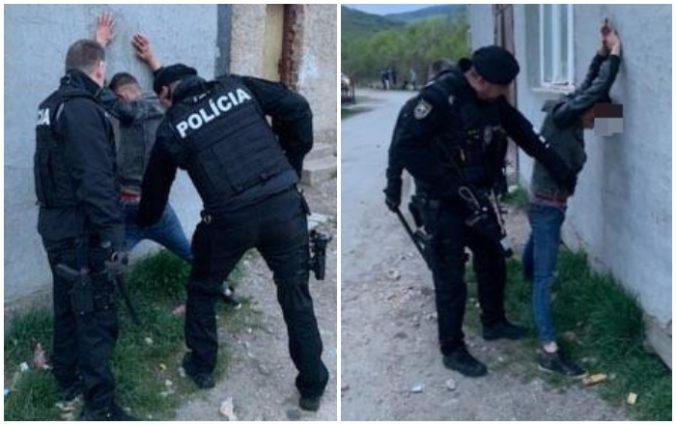 Foto: Policajtov privolali k hromadnej bitke medzi rodinami v osade, mladík sa im začal vyhrážať