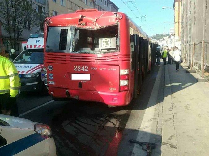 Foto: V Bratislave sa zrazil autobus s trolejbusom, Šancovu ulicu museli uzavrieť (aktualizované)