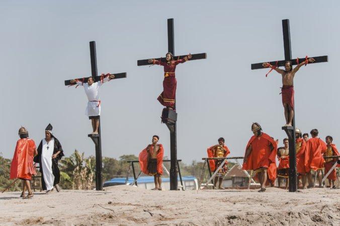 Filipínčania sa nechali pribiť na kríž, miestni cirkevní predstavitelia so zvykom nesúhlasia