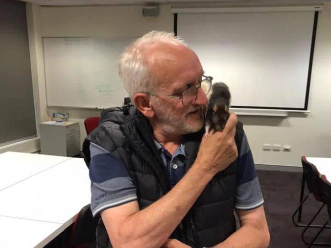 Austrálsky bezdomovec smútil za potkanom, pomohli mu dobrí ľudia a policajti