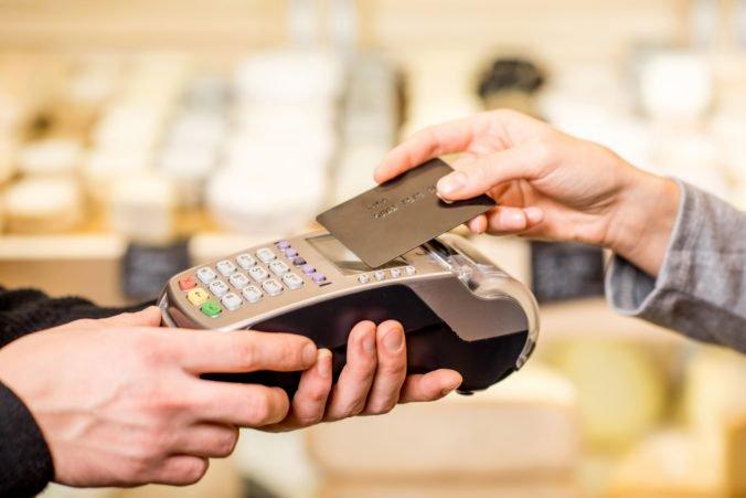 Klienti bánk sa sťažujú najmä na poplatky súvisiace s úvermi, ale aj na kartové a platobné transakcie