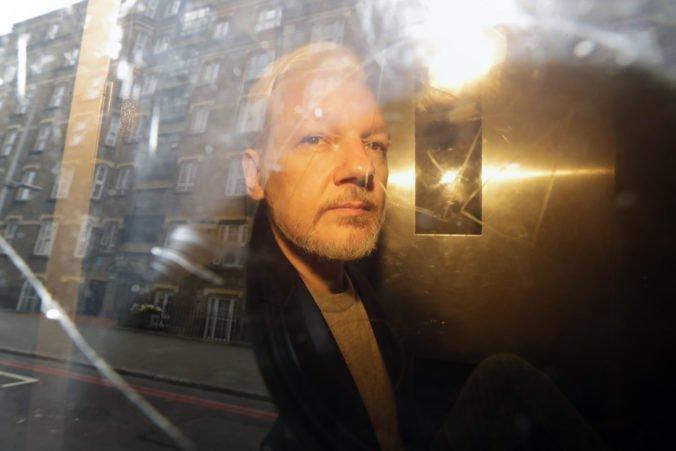Assange strávi desiatky týždňov za mrežami, porušil podmienky prepustenia na kauciu