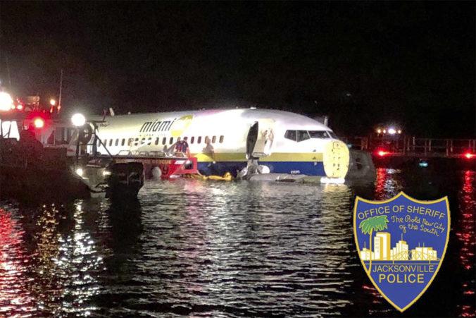 Video: Boeing 737 pri pristávaní minul dráhu a skončil v rieke
