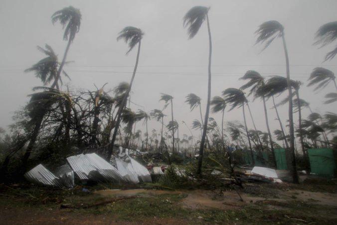 Video: Cyklón Fani sa prehnal Indiou a Bangladéšom, niekoľko ľudí zomrelo po zasiahnutí bleskom