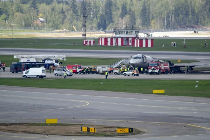 Pilot a letuška opísali minúty hrôzy v horiacom lietadle spoločnosti Aeroflot