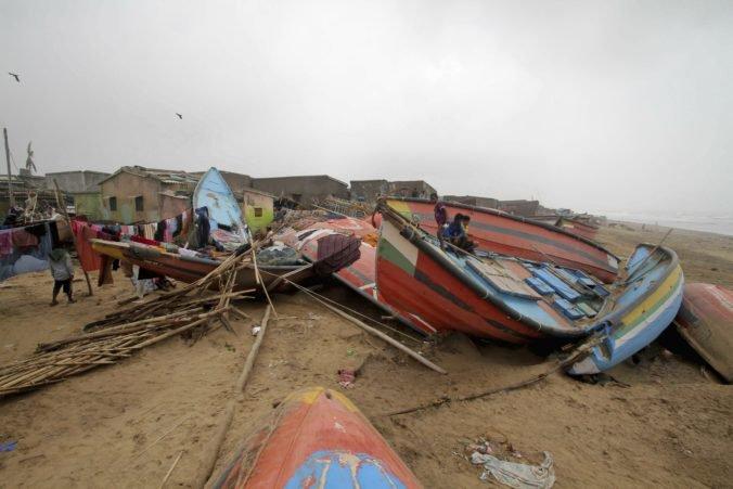 Video: Cyklón Fani po sebe zanechal desiatky obetí, zničil strechy a vyvrátil elektrické stĺpy
