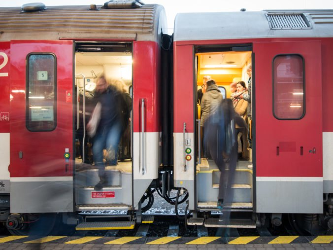 Železnice Slovenskej republiky upozorňujú na viaceré výluky, premávať budú náhradné autobusy