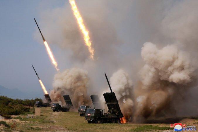 Pchjongjang označil odpálenie rakiet za obranné cvičenie a vysmial sa kritike Južnej Kórey