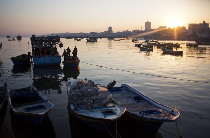 Izrael po dohode o prímerí s Hamasom opäť povolil rybolov pri pobreží Pásma Gazy