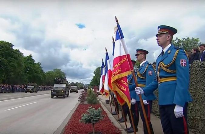 Video: Koniec vojny si pripomenulo aj Srbsko, na vojenskej prehliadke boli aj ruské vrtuľníky