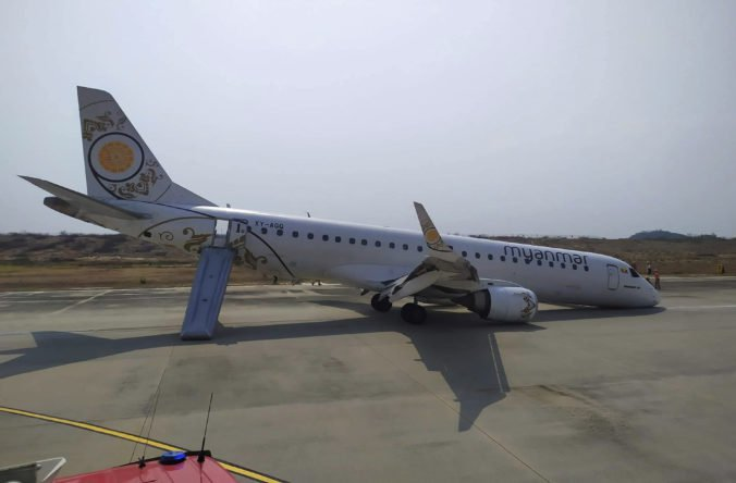Video: Lietadlo v Mjanmarsku riskantne pristávalo bez predných kolies, stroj zastal na nose