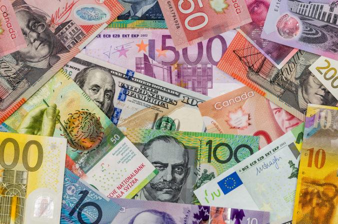 Dolár oslabil voči euru, ale posilnil oproti japonskému jenu
