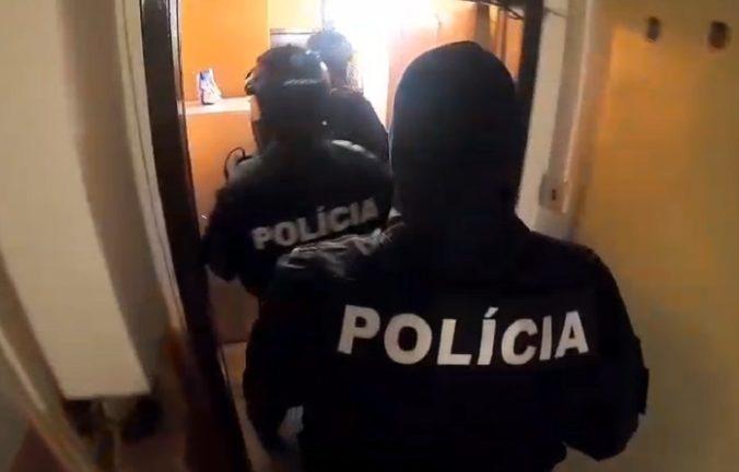 Video: Policajti počas razie zadržali nielen marihuanu a obvinili Jozefa, Albína aj Petra