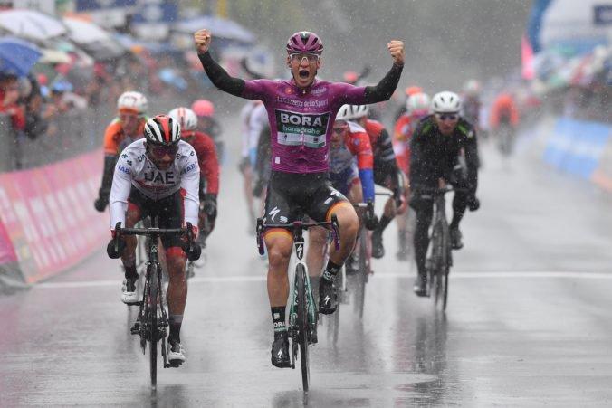 Video: Saganov tímový kolega došprintoval prvý v upršanej piatej etape Gira d'Italia