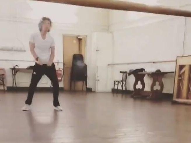 Video: Spevák Mick Jagger sa zotavil a už divoko tancuje v hudobnom štúdiu