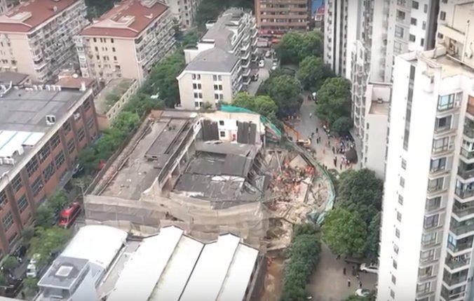 Video: V Šanghaji sa zrútila budova, pod troskami uviazlo viacero ľudí