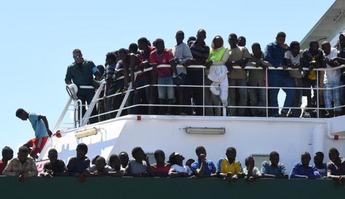 Humanitárna loď s migrantmi vstúpila napriek zákazu do talianskych vôd