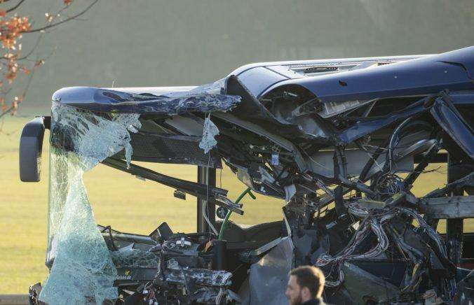 Na diaľnici A9 sa prevrátil autobus, na mieste nehody zasahovali štyri vrtuľníky a 10 sanitiek