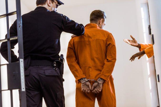 Nebezpeční väzni napadli nožmi dozorcov, vzburu vyvolali militanti z Islamského štátu