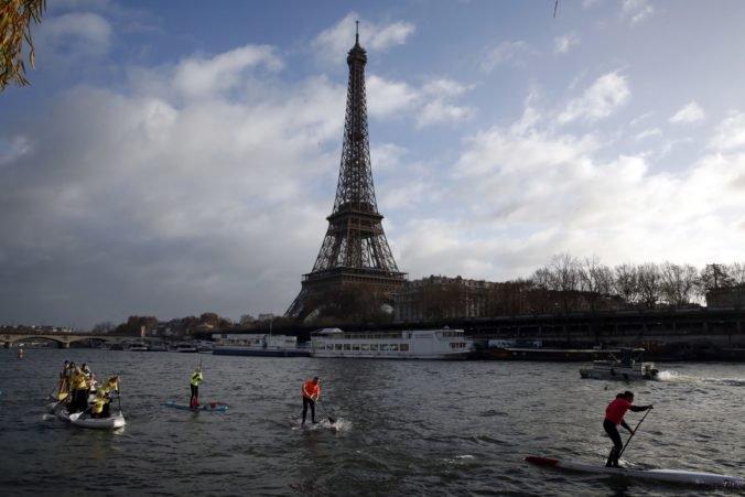 Video: Eiffelovu vežu v Paríži museli zatvoriť, niekto sa na ňu pokúsil vyliezť