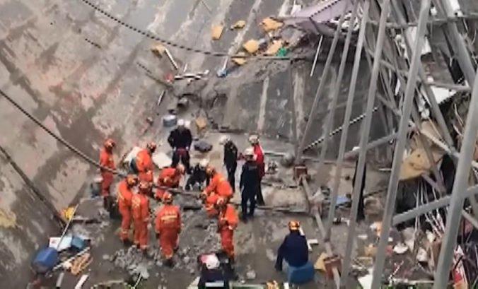 Video: Na juhu Číny sa zrútila budova, pri pátraní po obetiach pomáhajú aj cvičené psy