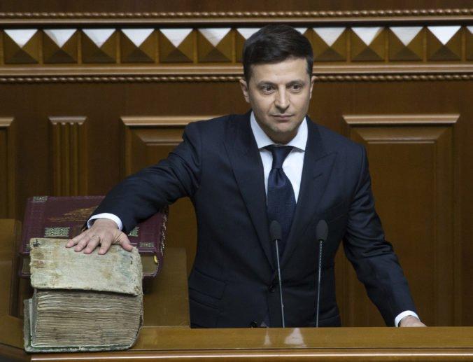 Video: Zelenskyj sa stal novým prezidentom Ukrajiny, po zložení sľubu ihneď rozpustil parlament