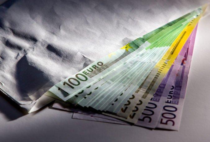 Vydierač obral obeť o 10-tisíc eur, muž si na vyplatenie peňazí vzal úver v banke