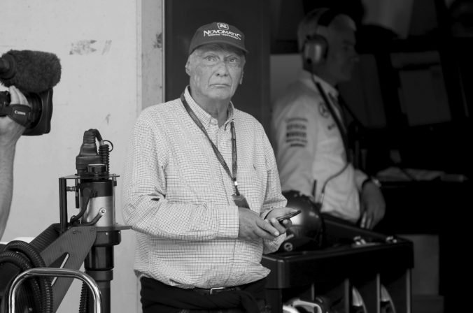 Opustila nás legenda, dnešok je smutný deň pre F1, reaguje svet na úmrtie Nikiho Laudu