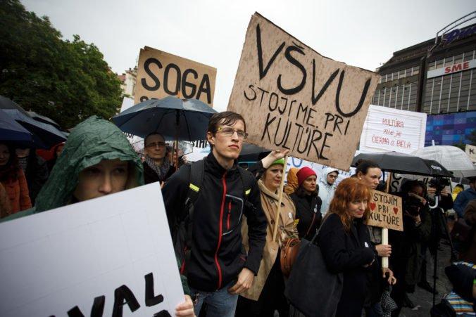 Foto: Umelci vyzývajú ministerku kultúry na odstúpenie, zorganizovali protest Stojíme pri kultúre