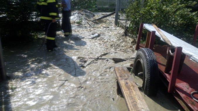 Pre intenzívny dážď zasahujú hasiči vo viacerých okresoch Slovenska, odčerpávajú aj vodu z pivníc