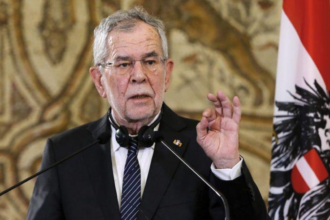 Rakúsky prezident uviedol do funkcií nových ministrov, nahradili politikov krajne pravicovej FPÖ