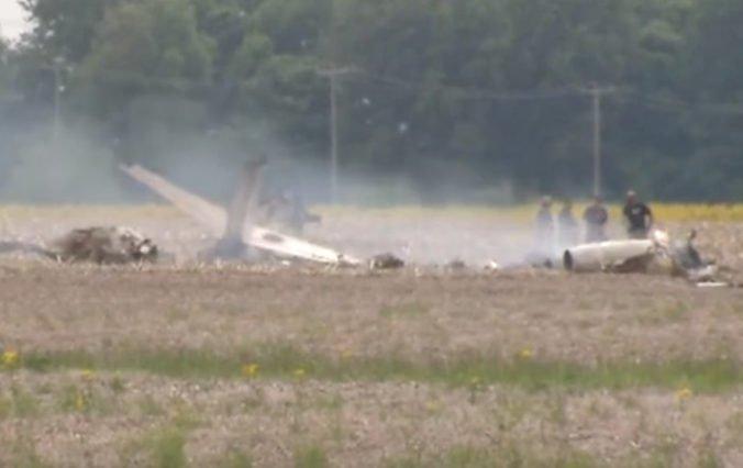 Video: Pri letisku v Indianapolise sa do poľa zrútilo malé lietadlo, na palube boli dvaja ľudia
