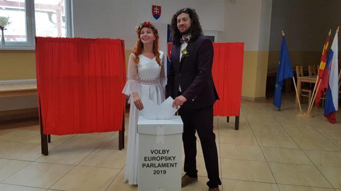 Foto: V Ľutine v eurovoľbách hlasovali aj ženích a nevesta vo svadobných šatách