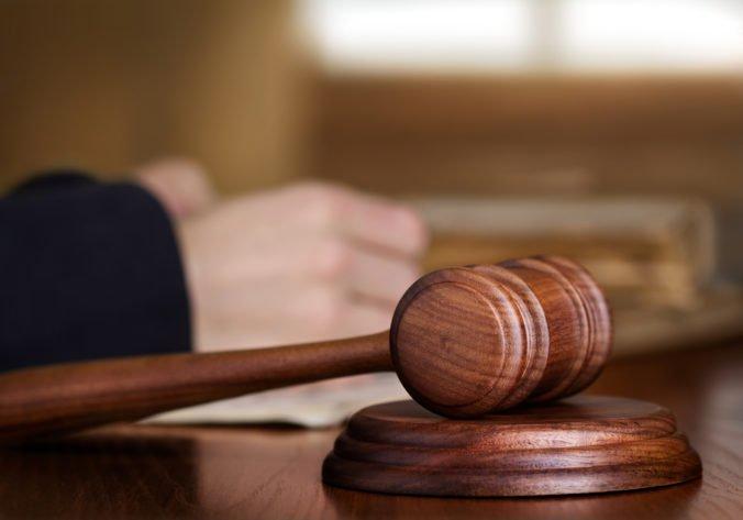 Súd vzal do väzby bývalého advokáta Černáka či Kotlebu, je obvinený z extrémizmu