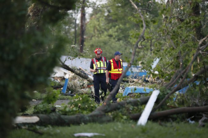 Video: Indianu a Ohio zasiahli silné búrky s tornádami, desaťtisíce ľudí ostali bez elektriny