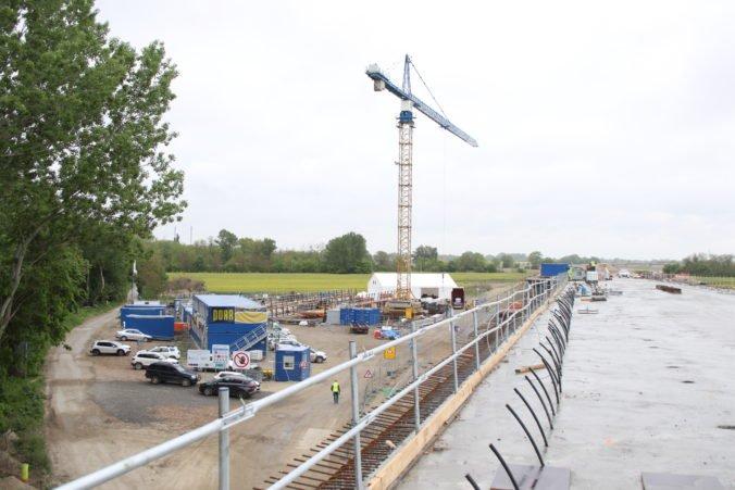 Poslanci sa prídu pozrieť na výstavbu obchvatu D4/R7, skontrolujú aj použité stavebné materiály
