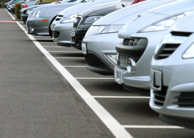 Technické a emisné kontroly vozidiel sú prísnejšie a dlhšie, prehliadky sú sledované kamerami