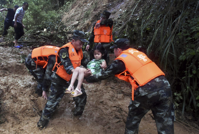 Juhovýchod Číny zasiahli dážď a záplavy, ktoré si vyžiadali prvé ľudské obete