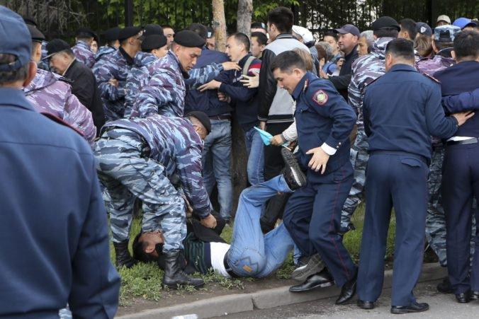 Prezidentské voľby v Kazachstane sprevádzajú nepokoje, zadržali stovky ľudí