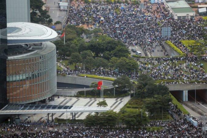 Tisícky ľudí v Hong Kongu protestovali proti kontroverznému zákonu, pripravili sa aj na zásah polície