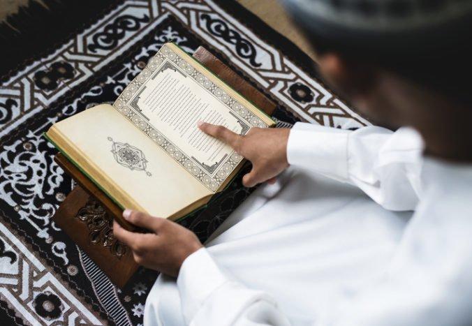 V mešite roztrhali desiatky výtlačkov Koránu, časti kníh našli nahádzané v toalete